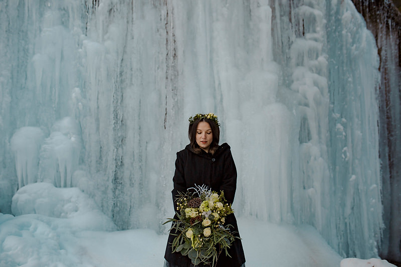 Fata care priveste un buchet de flori tinut in mana