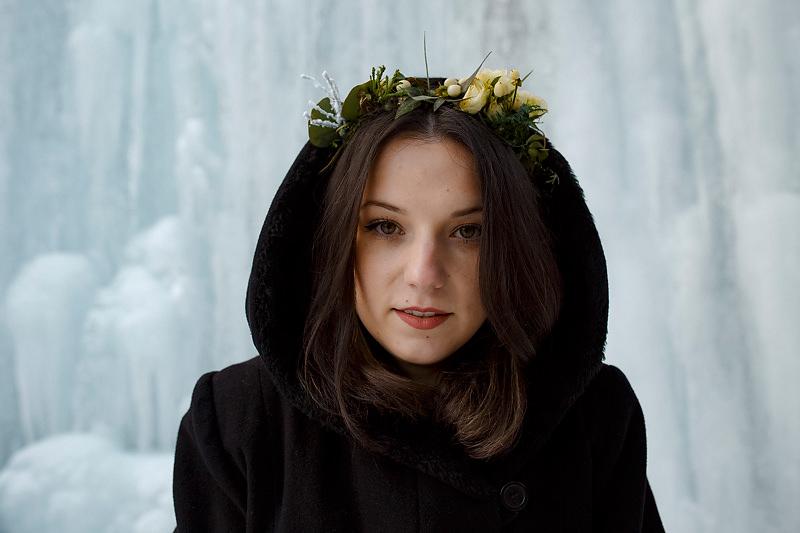 Portret cu o coronita pe cap