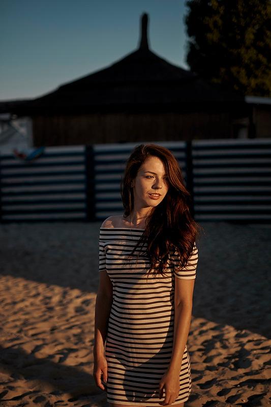 Adolescenta care prveste in directia soarelui imbracata intr-o rochie zebrata