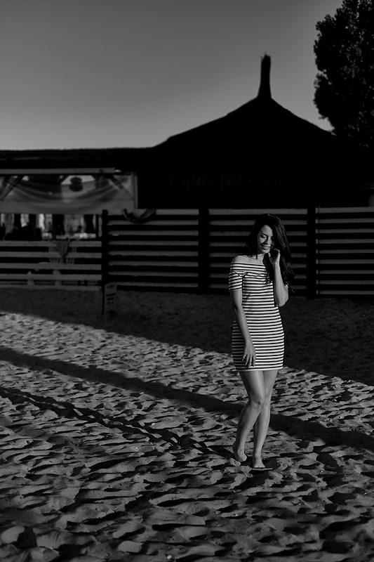 Tanara pe plaja din Mamaia, fotografie alb-negru