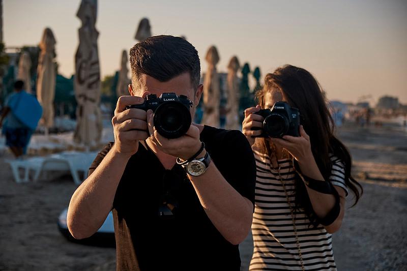 doi tineri cu aparatele foto la ochi