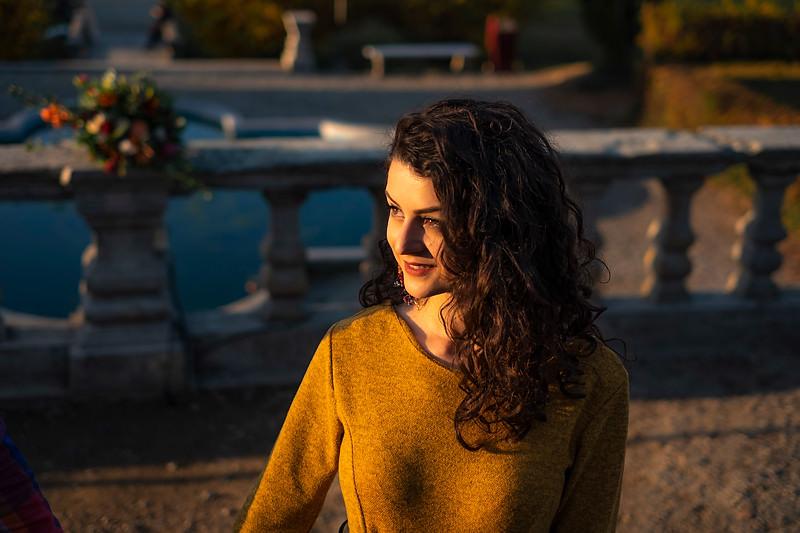 Portret de fata cu parul carliontat cu o expresie luminoasa in bataia soarelui de apius