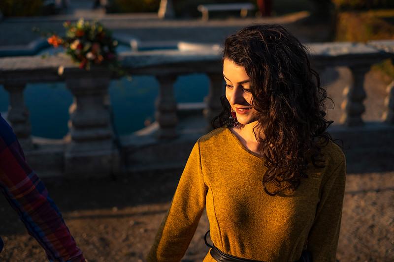 Portret fotografic cu o fata pe perasa de la Palatul Brukenthal din Avrig realizata la apusul soarelui cu ocazia Targului de nunti din Avrig