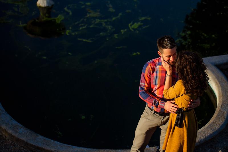 O atingere de mana pe obraz cu un cuplu care se imbratiseaza pe un fundal intunecat separati frumos de o lumina calda de dupa amiaza