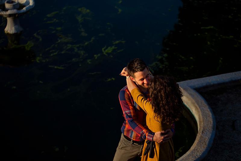 Mainile cuprind corpurile, un cuplu se imbratiseaza iar expresiile dovedesc multa iubire