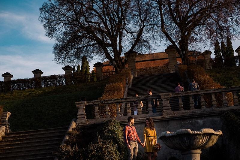 Mai multi trecatori si un cuplu indragostit se afla pe scarile impozante de la Palatul Brukenthal