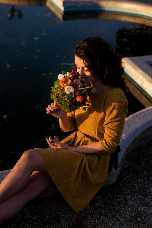Viitoarea mireasa miroase parfumul folorilor din buchet