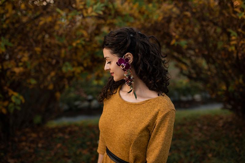 Corpul fetei este usor intors iar cerceii inflorati se vad la ureche, o bijuterie naturala creata din flori naturale