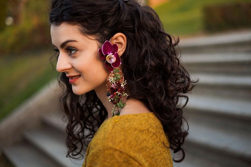 Un detaliu de fata cu cerceii personalizati realizati din flori naturale