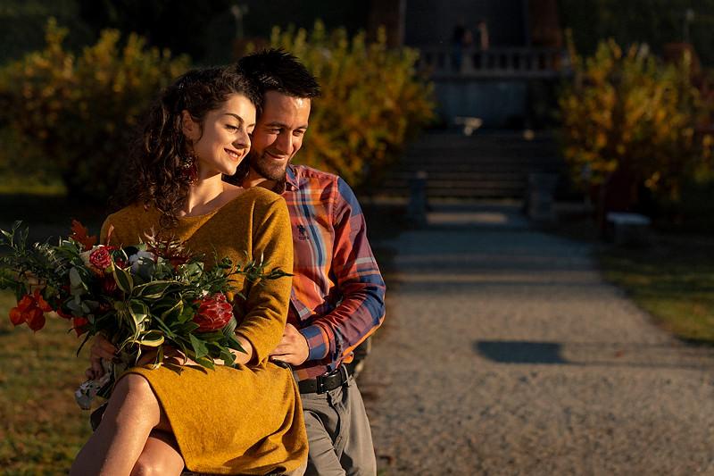 Cuplul sta asezat pe balustrada unui pod din gradina Palatului Brukenthal din Avrig