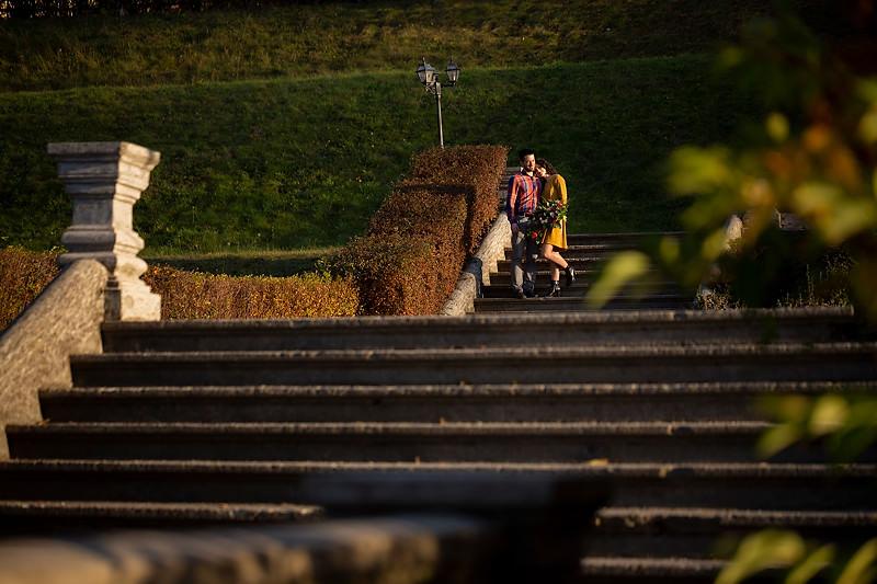 Cuplu fotografiat pe treptele Palatului Brukenthal