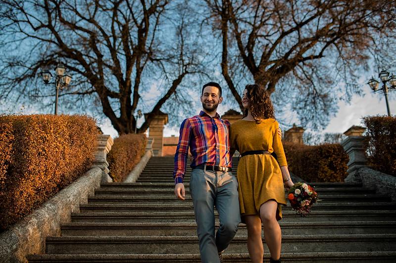 Cuplu romantic coborand scarile la Palatul Brukenthal