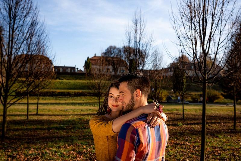Cuplu surprins in gradina frantuzeasca a Palatului Brukenthal