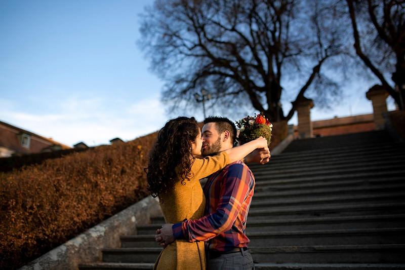 Un sarut pe scarile din gradina Palatului Brukenthal