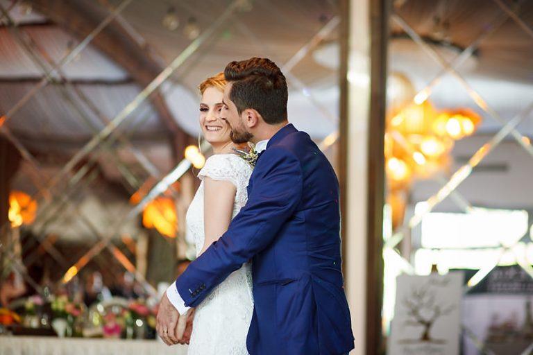Cuplu la primul dans, o imbratisare cu multa iubire