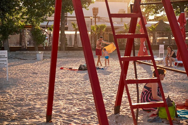 Tatal si fiul sau jucandu-se pe plaja