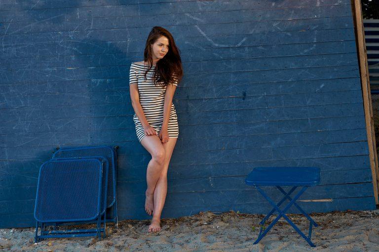 fotografie cu o fata pe un fundal albastru