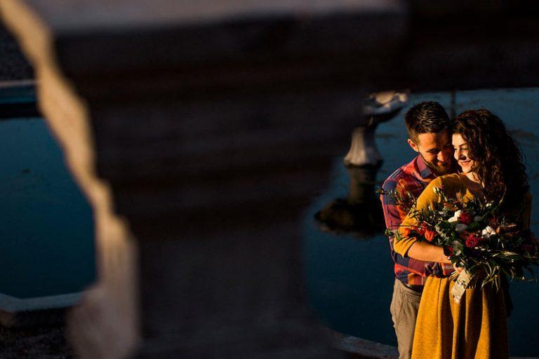 Sedinta foto la Brukenthal alaturi de un cuplu care se imbratiseaza la apusul soarelui