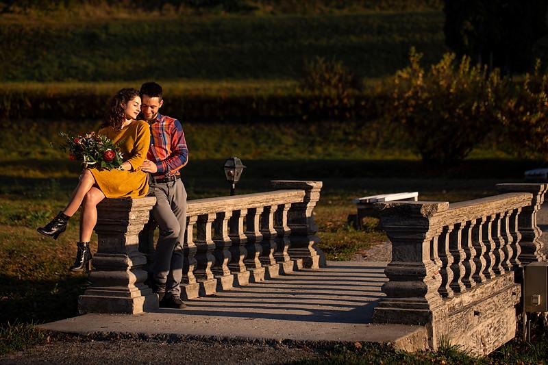 O fotografie cu un cuplu sezand in gradina