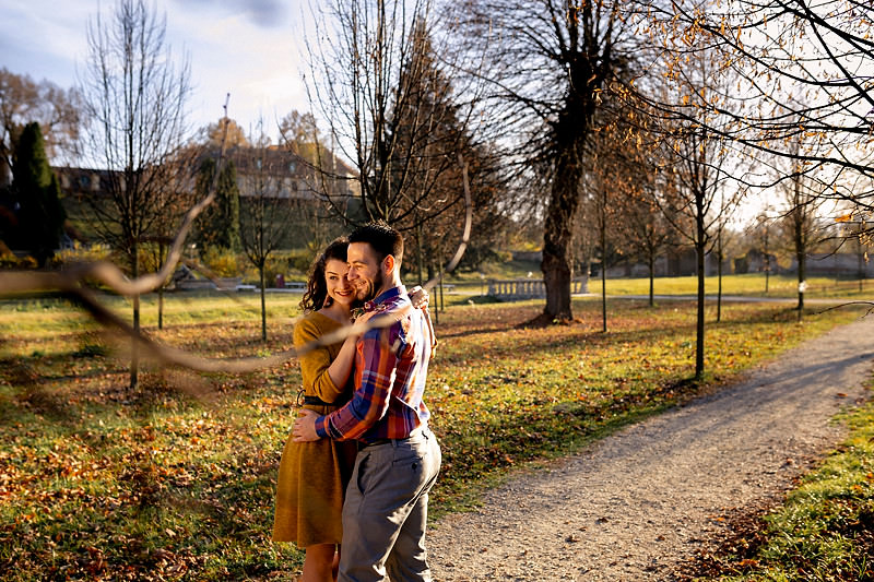 Cuplu imbratisandu-se in gradina frantuzeasca a Palatului Brukenthal