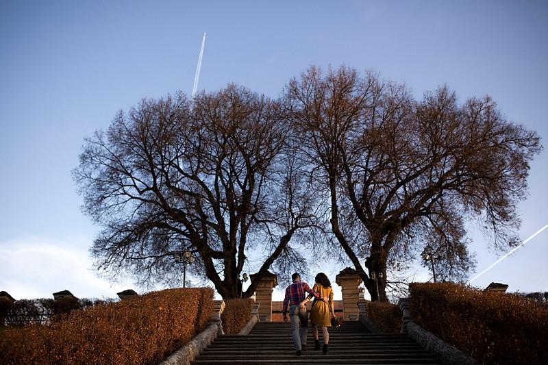 Teii falnici in fundal alaturi de cuplul care urca scarile catre terasa palatului Brukenthal