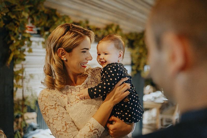 femeie cu o fetita in brate