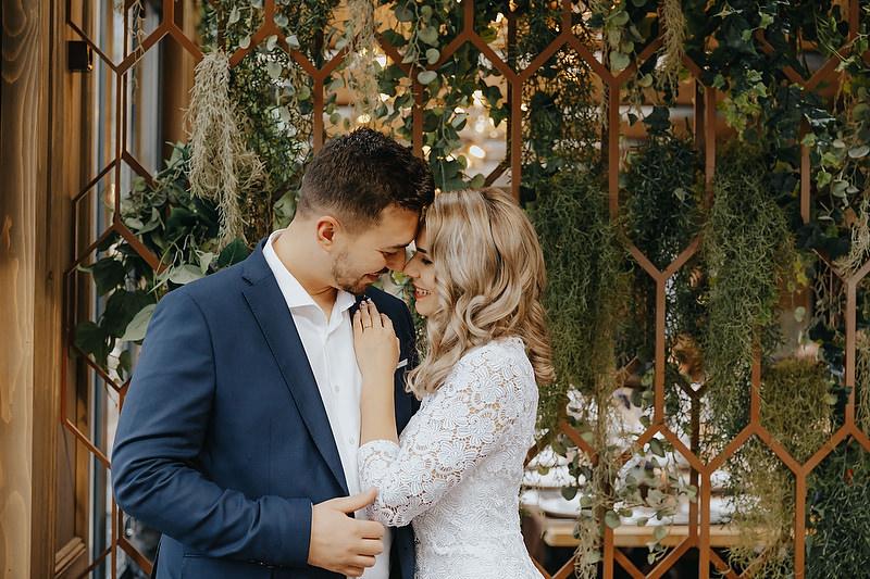 cuplu imbracat festiv care se imbratiseaza