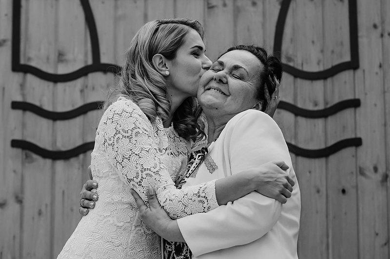 Mama si soacra imbratisandu-se dupa ceremonia de cununie