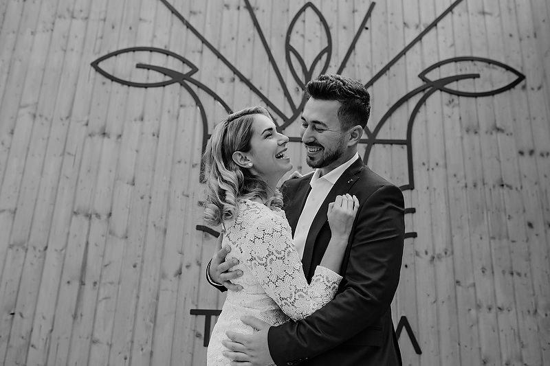 portret spontan cu un cuplu imbratisandu-se