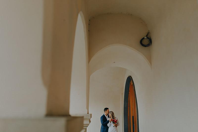 cuplu imbratisand-se intr-un spatiu arhitectural