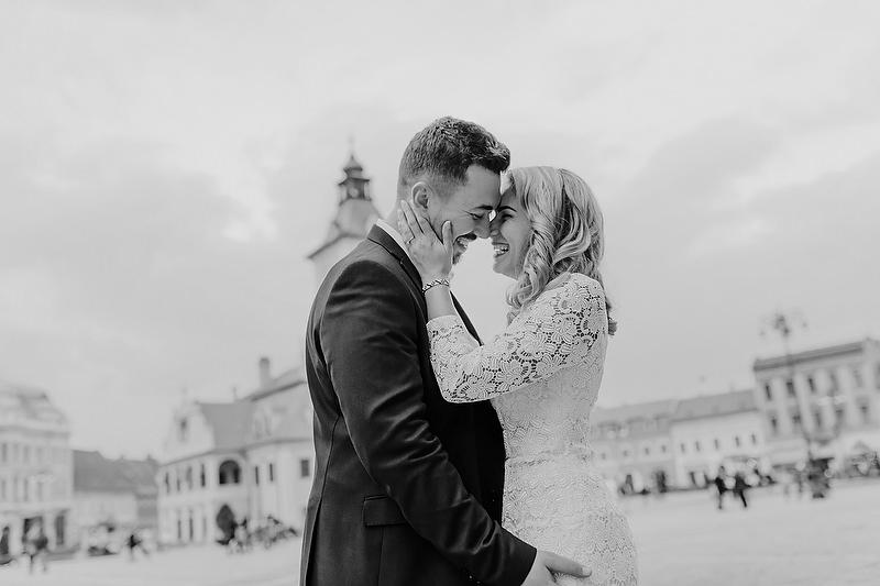 imbratisarea unui cuplu in Piata Sfatului Brasov