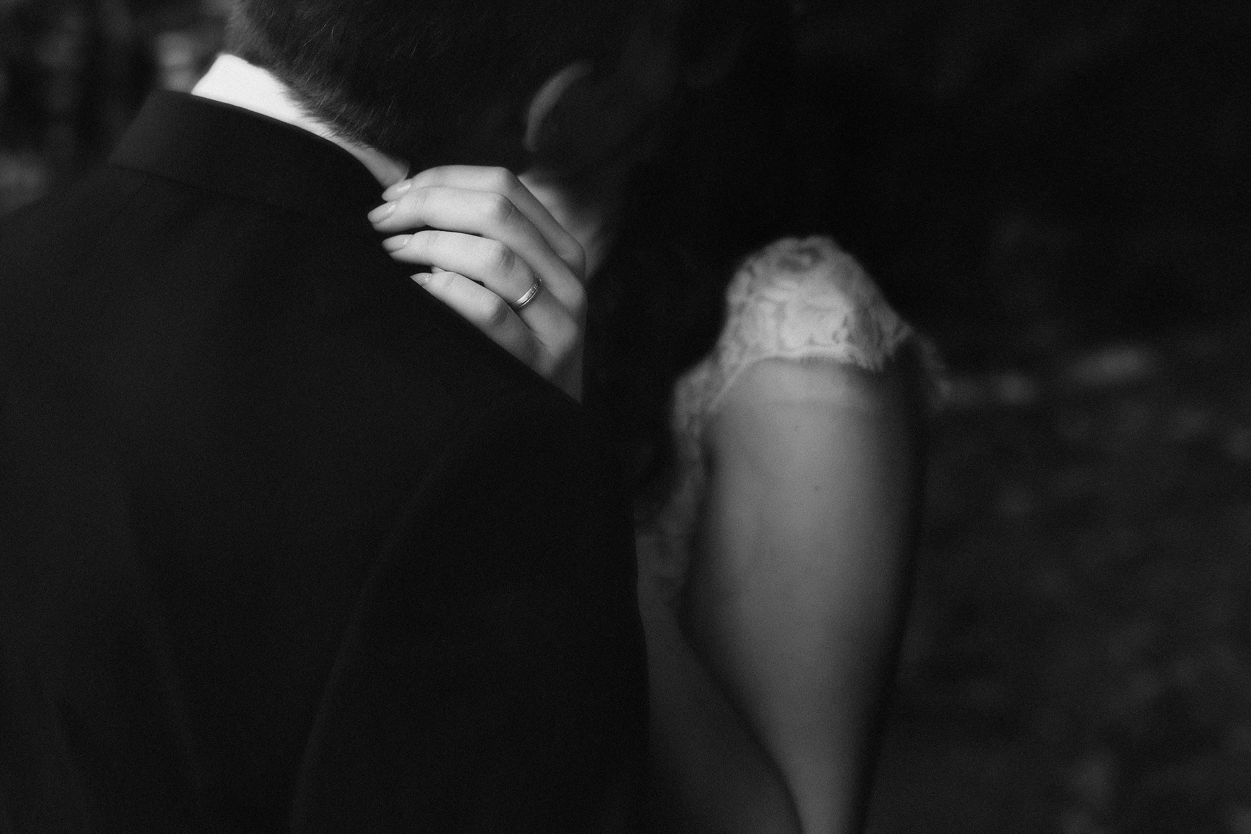 detaliu verigheta nunta fotografie alb-negru